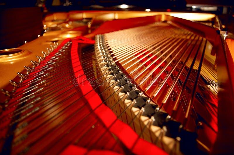 Innerhalb eines großartigen Klaviers lizenzfreie stockfotos