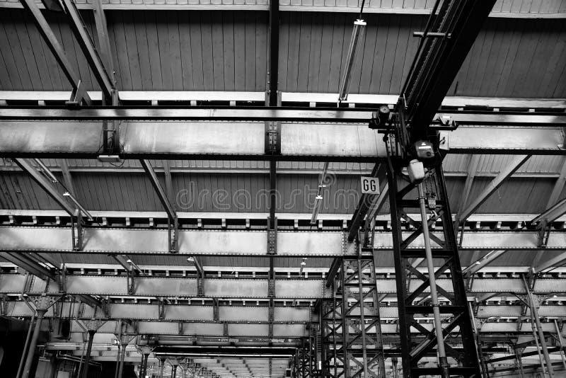 Innerhalb eines Industriegebäudes mit Eisenstrahlen lizenzfreie stockfotos