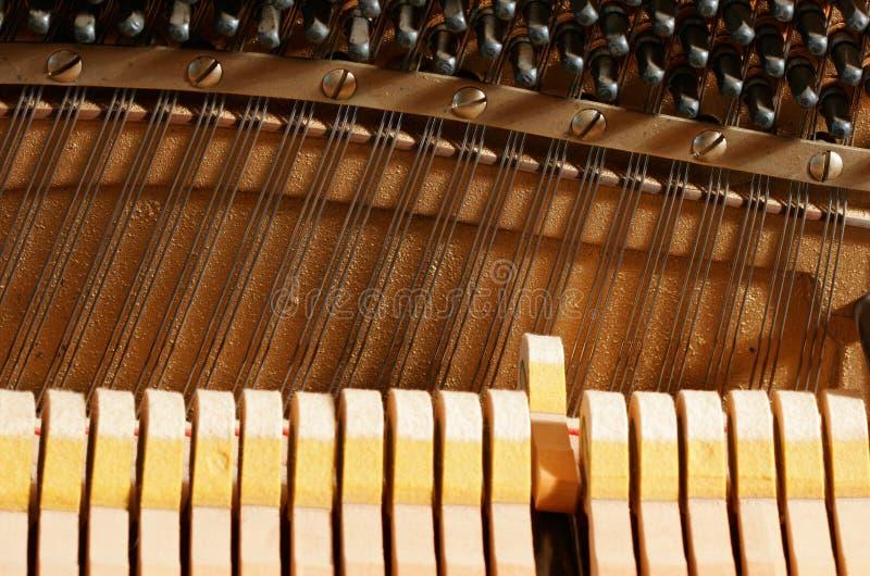 Innerhalb eines Klaviers - Zeichenketten lizenzfreie stockfotografie