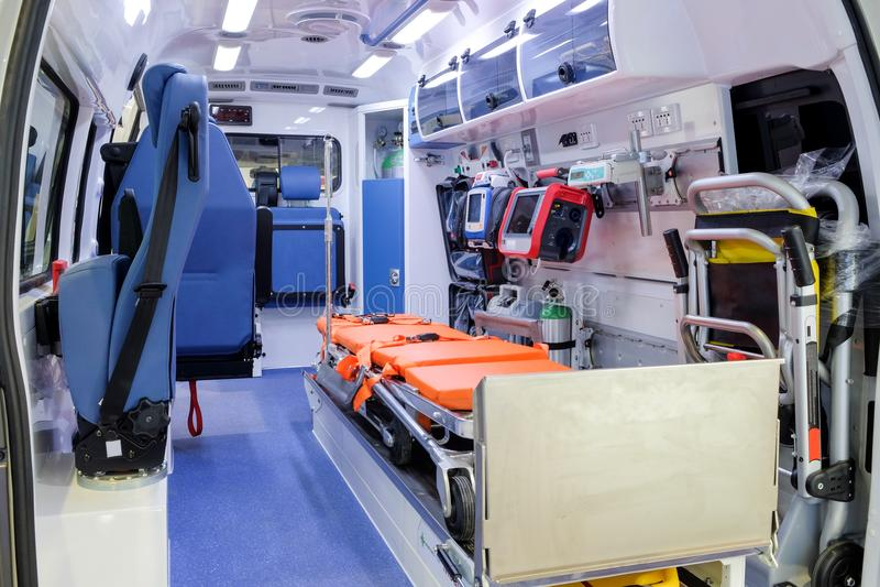 Innerhalb eines Krankenwagenautos mit medizinischer Ausrüstung für das Helfen lizenzfreies stockfoto