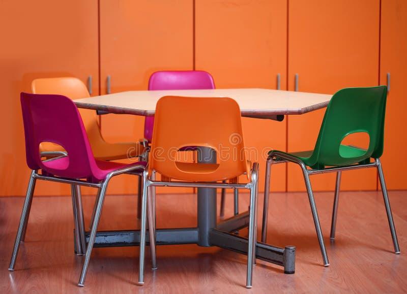 Innerhalb eines Schulklassenzimmers eines Kindergartens mit kleinen Stühlen lizenzfreie stockbilder