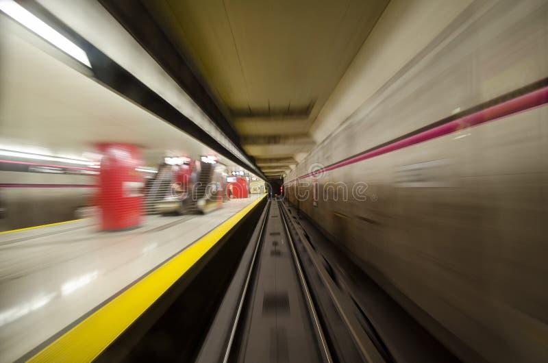 Innerhalb eines U-Bahnrohrs oder -bahnen stockbilder