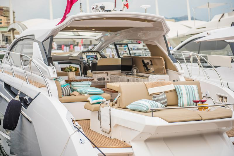 Innerhalb Luxussport Yacht lizenzfreie stockfotos