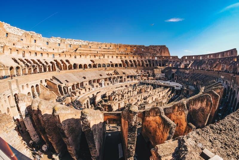 Innerhalb Roman Colosseums in Rom, Italien-Panoramablick stockfotos