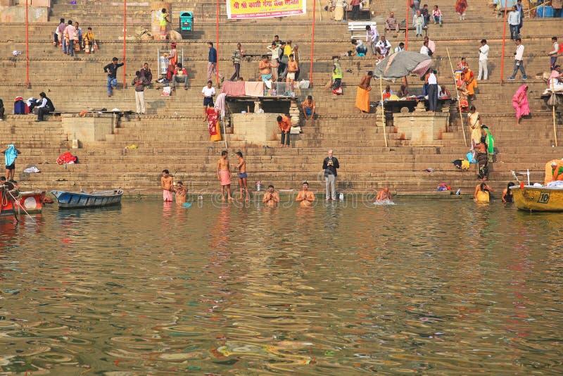 Innerliga Hindus ber och badar i sakrala Ganges River, Indien royaltyfri fotografi