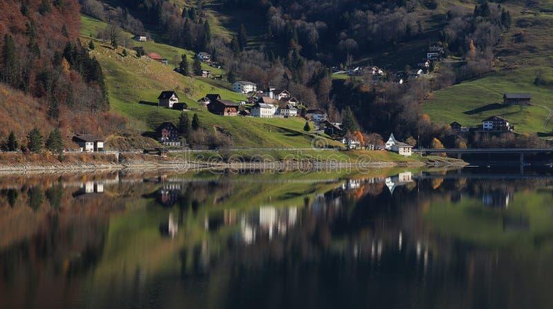 Innerthal, mała wioska w Schwyz kantonie odzwierciedla w jeziornym Wagital obrazy stock