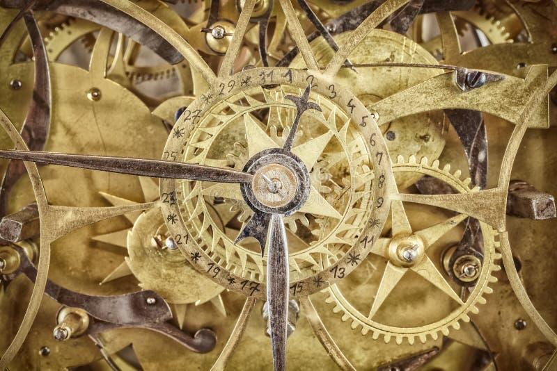 Innerworks d'une horloge antique avec des roues de vitesse photos stock