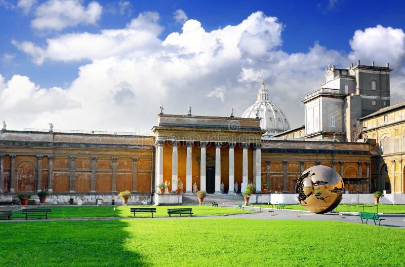 Inneslutat domstolgalleri av Vatican, Rome royaltyfri foto