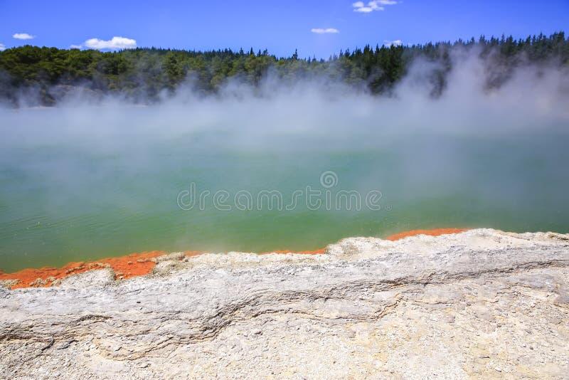 InNew thermique la Zélande du pays des merveilles de Wai-O-Tapu photos stock
