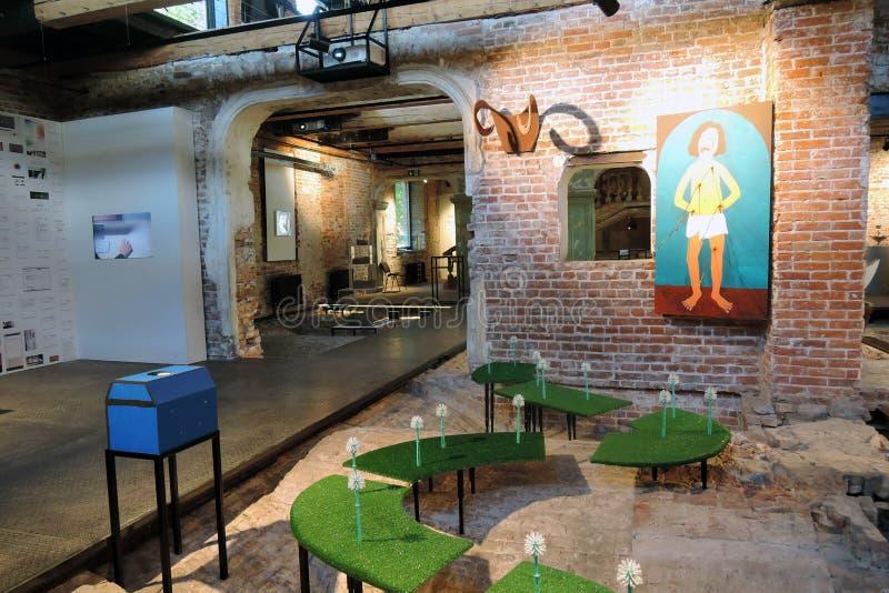 innovación Exposición de arte contemporáneo en el museo de la ruina en Moscú imagen de archivo