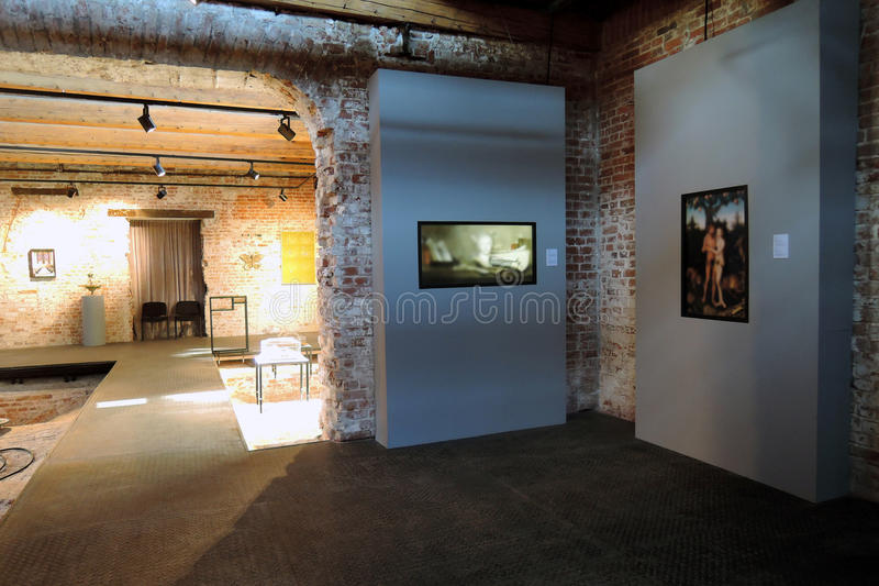 innovatie Eigentijdse kunsttentoonstelling bij Ruïnemuseum in Moskou royalty-vrije stock afbeeldingen