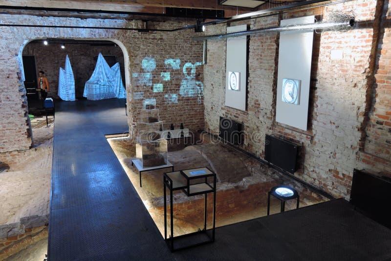 innovatie Eigentijdse kunsttentoonstelling bij Ruïnemuseum in Moskou stock fotografie