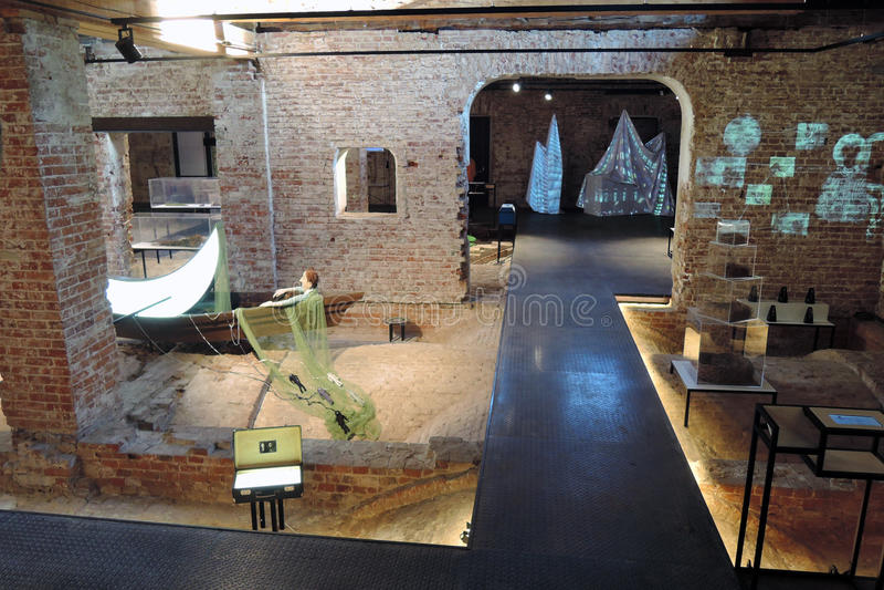 innovatie Eigentijdse kunsttentoonstelling bij Ruïnemuseum in Moskou royalty-vrije stock afbeelding