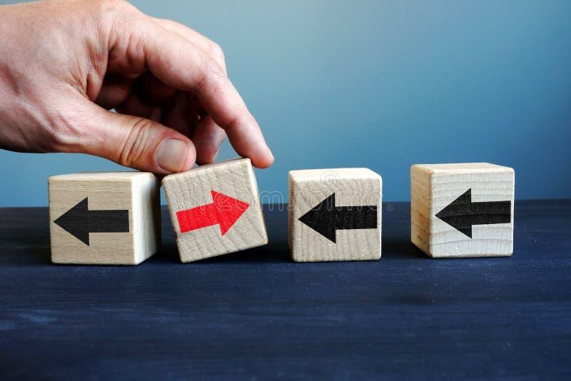 Innovatie in zaken Kubussen met pijlen en met elkaar richting Uniciteit, verschil en individualiteit royalty-vrije stock afbeelding