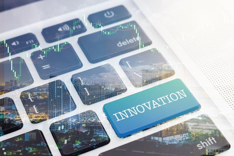 INNOVATION: Grön knapptangentborddator royaltyfri foto