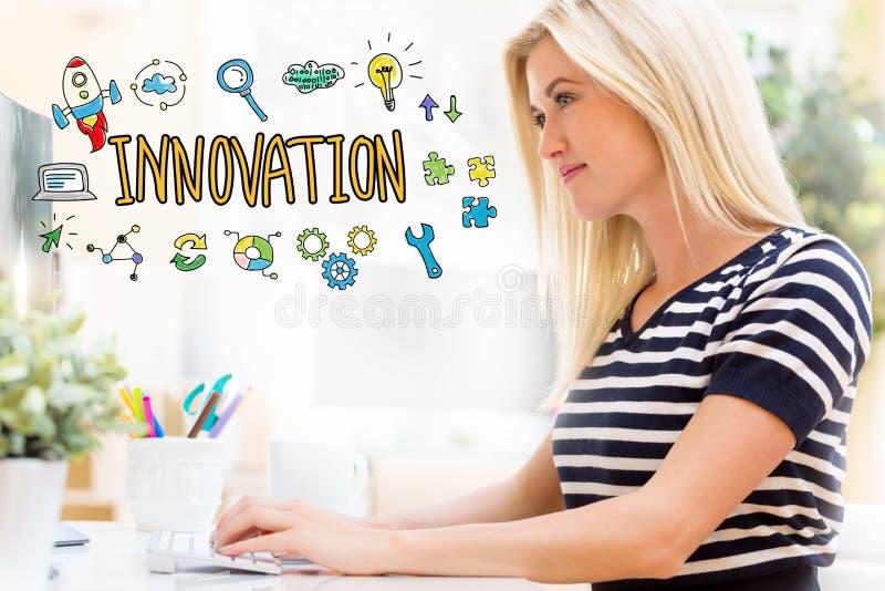 Innovation med den lyckliga unga kvinnan som är främst av datoren royaltyfri fotografi