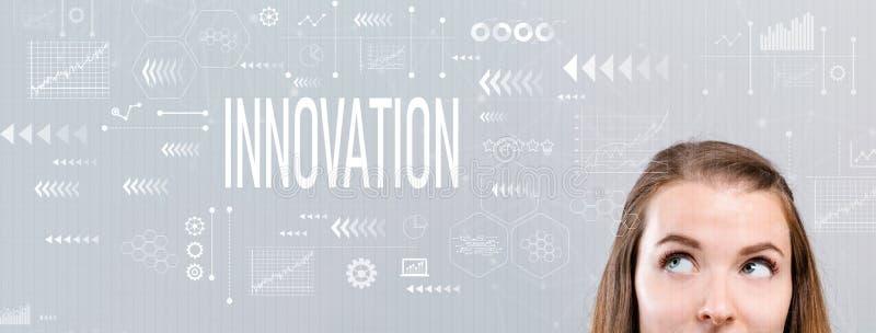 Innovation med den unga kvinnan arkivbild