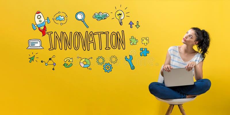 Innovation med kvinnan som använder en bärbar dator arkivbilder