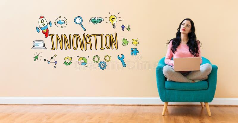 Innovation med kvinnan som använder en bärbar dator fotografering för bildbyråer