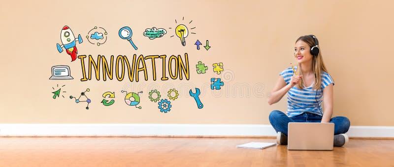 Innovation med kvinnan som använder en bärbar datordator royaltyfri bild