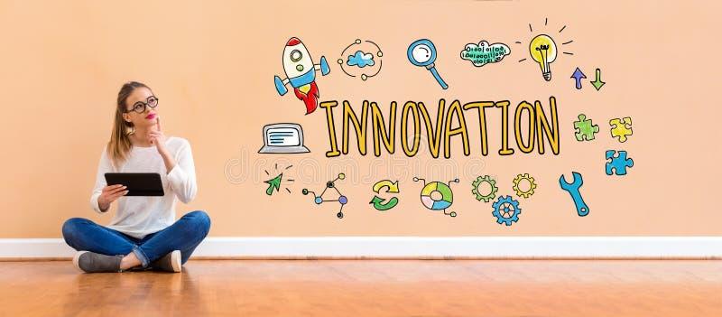 Innovation med kvinnan som anv?nder en minnestavla royaltyfri foto