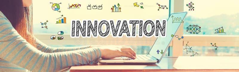 Innovation med kvinnan som arbetar på en bärbar dator royaltyfri foto