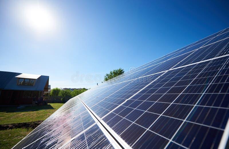 Innovativa solpaneler monterade på fasad för byggnads` s arkivbild