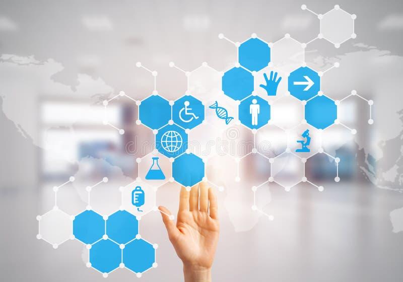 Innovativa teknologier för vetenskap och medicin som är i bruk vid den kvinnliga doktorn eller forskaren royaltyfria bilder