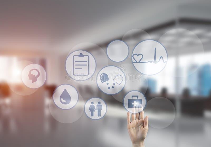 Innovativa teknologier för vetenskap och medicin som är i bruk vid den kvinnliga doktorn eller forskaren royaltyfria foton