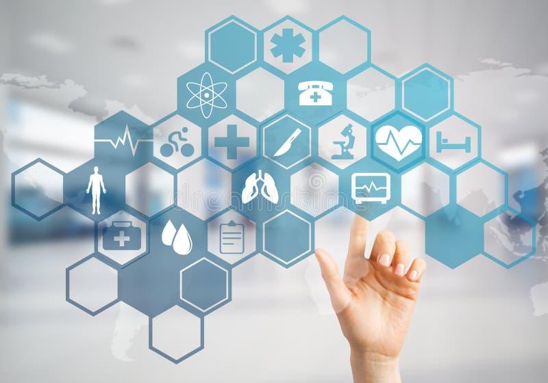 Innovativa teknologier för vetenskap och medicin som är i bruk vid den kvinnliga doktorn eller forskaren vektor illustrationer