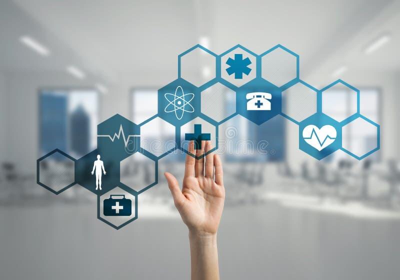 Innovativa teknologier för vetenskap och medicin som är i bruk vid den kvinnliga doktorn eller forskaren arkivfoton