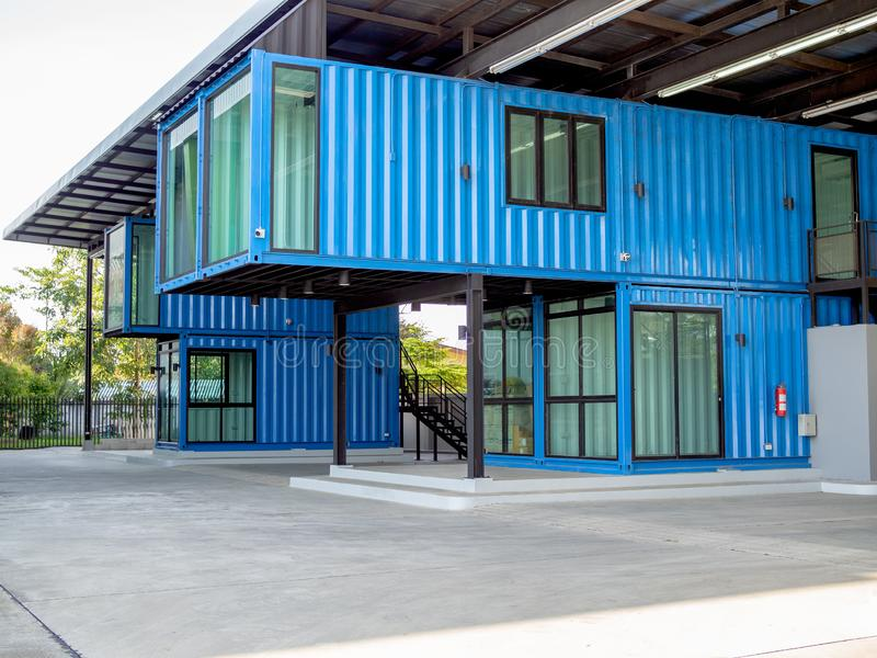 Innovatives Behälterbaugebäude stockfotografie