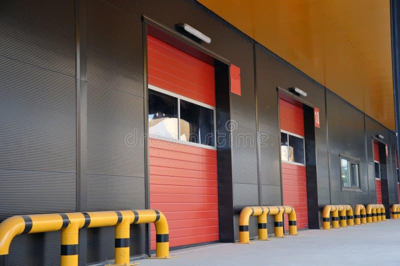 Innovativt logistiskt lagerkomplex Utm?rkt l?sning f?r att lagra, att sortera och transportering av produkter arkivbild