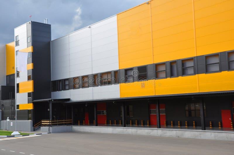 Innovativt logistiskt lagerkomplex Utm?rkt l?sning f?r att lagra, att sortera och transportering av produkter arkivfoton