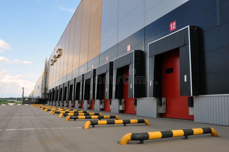 Innovativt logistiskt lagerkomplex Utm?rkt l?sning f?r att lagra, att sortera och transportering av produkter royaltyfria foton