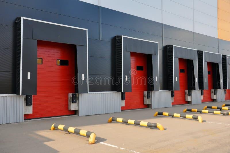 Innovativt logistiskt lagerkomplex Utm?rkt l?sning f?r att lagra, att sortera och transportering av produkter royaltyfri bild