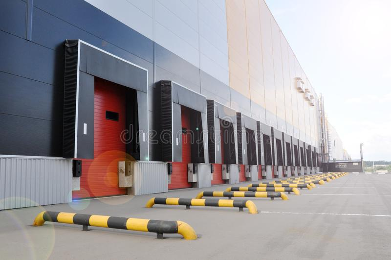 Innovativt logistiskt lagerkomplex Utm?rkt l?sning f?r att lagra, att sortera och transportering av produkter royaltyfri foto