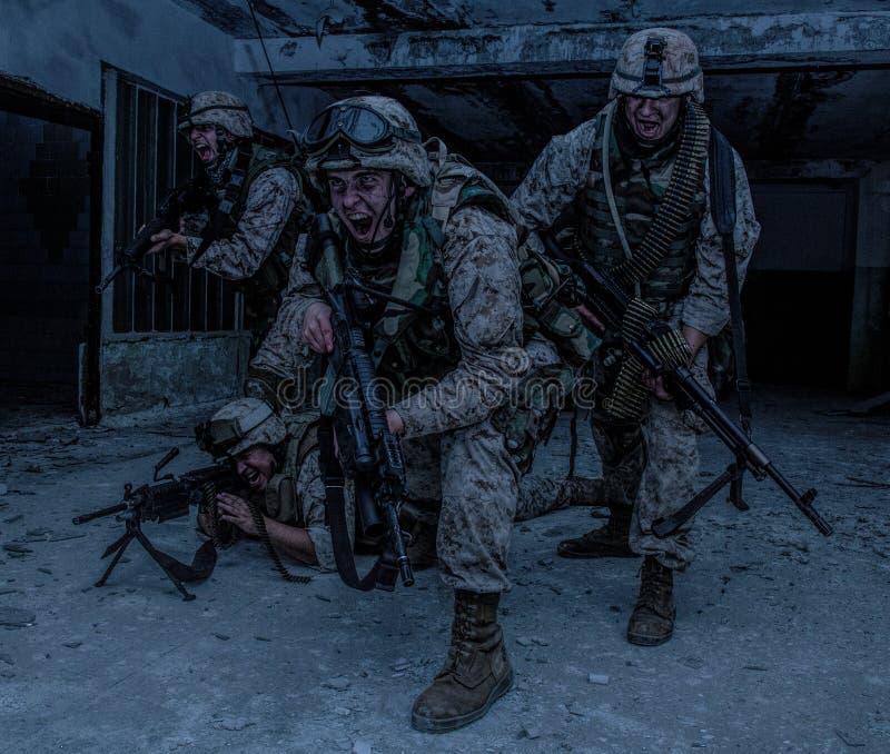 Innovazione dei combattenti del soldato di Marine Corps con il firefight fotografie stock