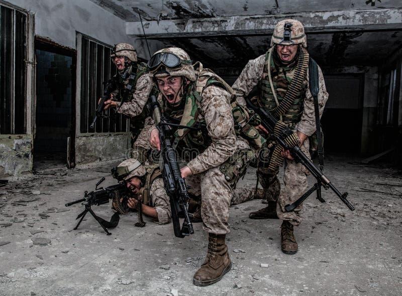 Innovazione dei combattenti del soldato di Marine Corps con il firefight fotografia stock