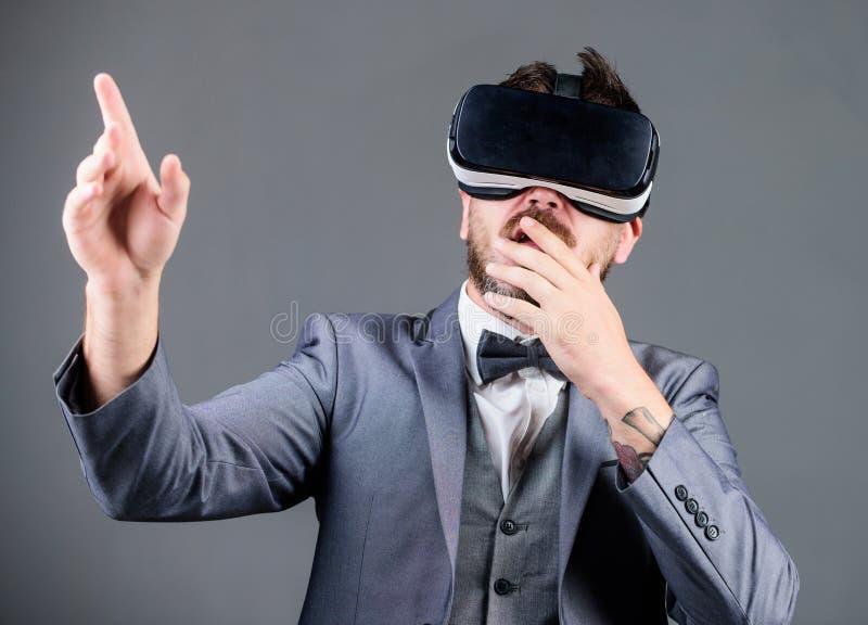 Innowacja i post?py technologiczni Biznesowego narz?dzia nowo?ytna technologia Biznesmen bada rzeczywisto?? wirtualn? zdjęcie royalty free