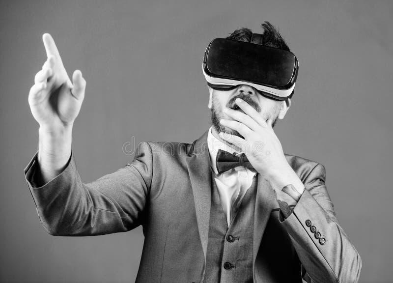 Innowacja i post?py technologiczni Biznesowego narz?dzia nowo?ytna technologia Biznesmen bada rzeczywisto?? wirtualn? obrazy royalty free