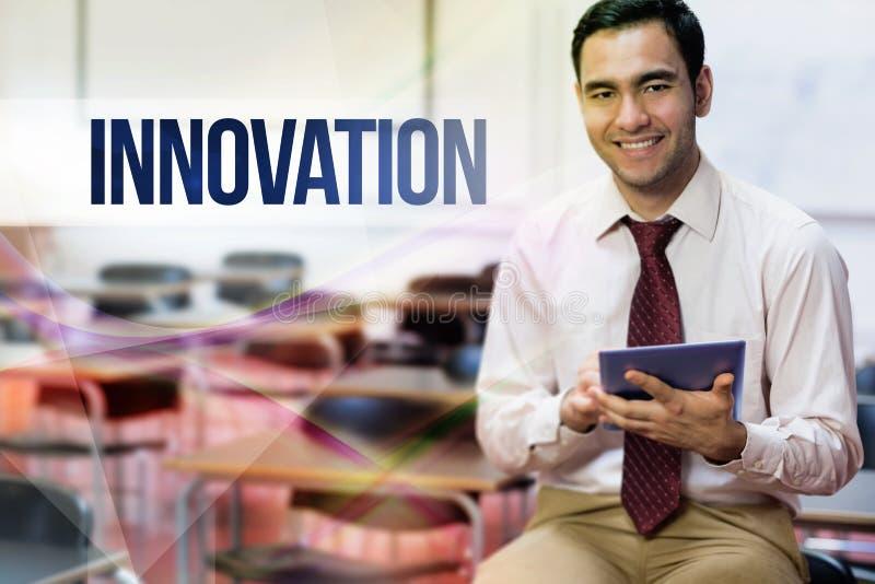Innowacja przeciw nauczycielowi z pastylka komputerem osobistym w klasowym pokoju zdjęcie stock