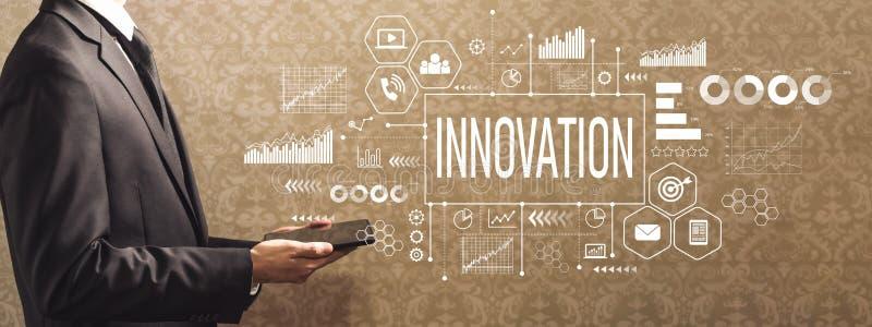 Innowacja z biznesmenem trzyma pastylkę komputerowa zdjęcia stock