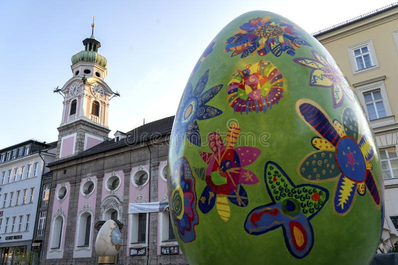 INNSBRUCK, ?USTRIA - em mar?o de 2019: Centro de cidade de Innsbruck com lotes dos caf?s dos povos e da rua decorados por feriado fotografia de stock royalty free