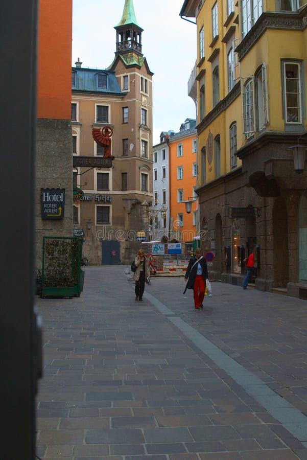 Innsbruck Österrike, liten stadsgata royaltyfri foto