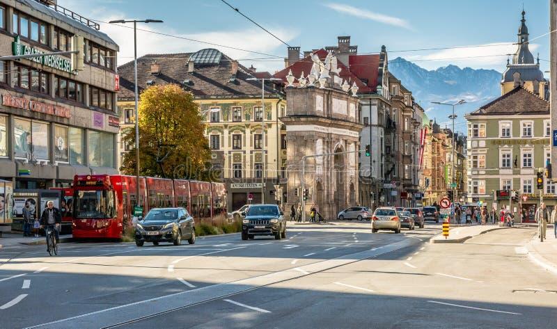 Innsbruck, Austria: wyróżniający czerwony tramwaj który biega przez miasta zdjęcia royalty free