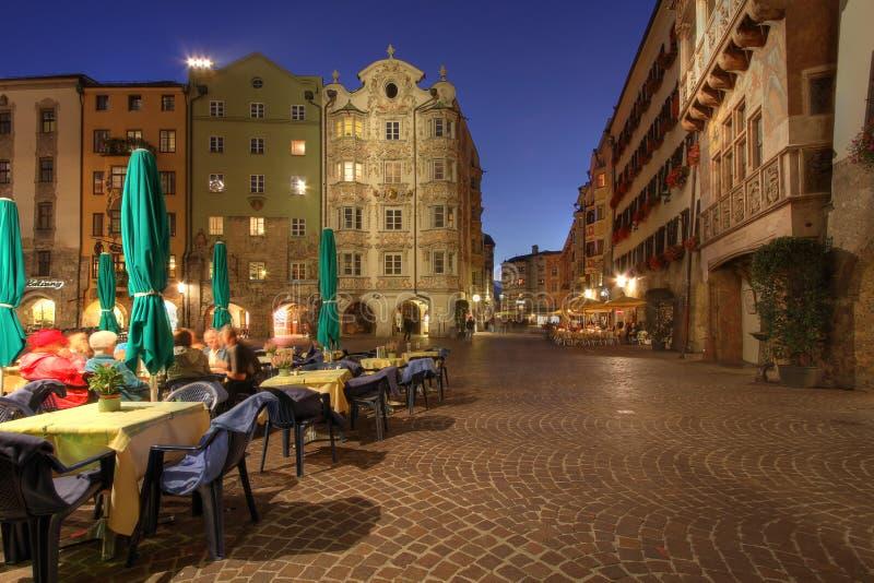 Innsbruck en la noche, Austria imagenes de archivo