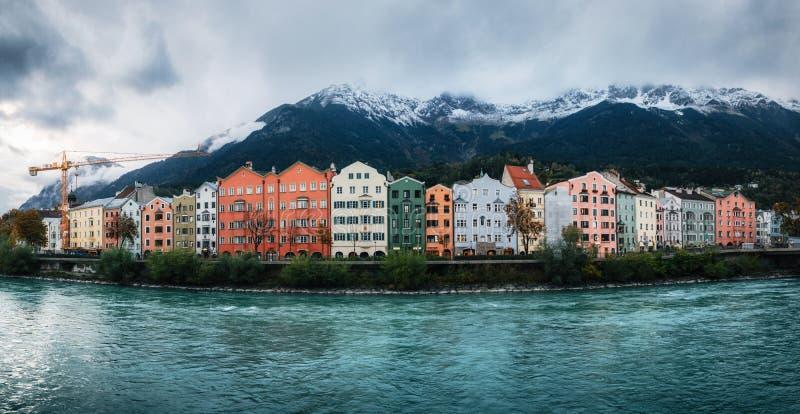 Innsbruck med färgrika hus, Österrike royaltyfria foton