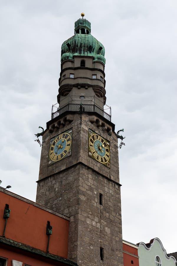 Innsbruck, Tirol/Áustria - 27 de março de 2019: O monumento da torre da cidade disparou em um ângulo fotos de stock royalty free