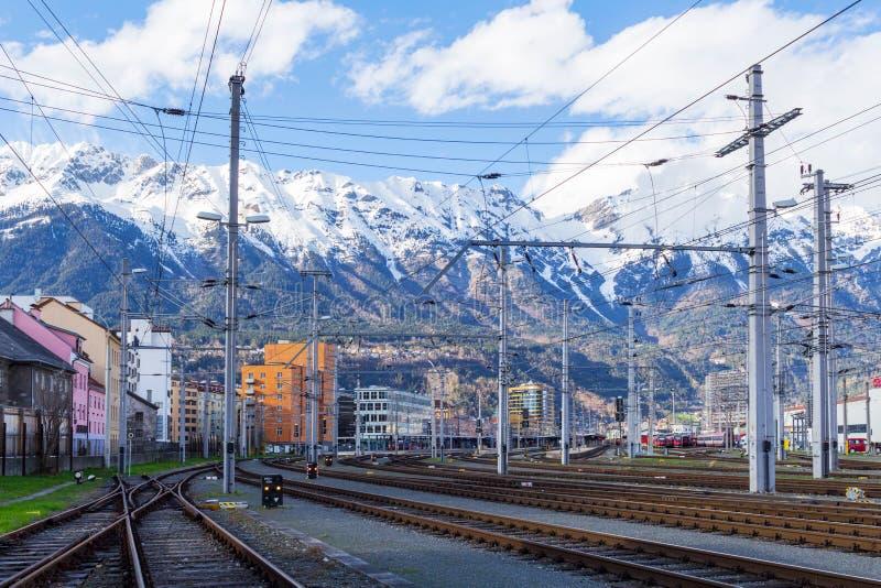 Innsbruk, AUSTRIA - 1° aprile 2018: Stazione di ferrovia con la parte delle montagne immagini stock libere da diritti